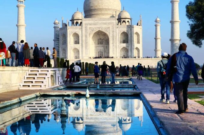 Agra-Tour-Places-Taj-Mahal,-a-symbol-of-eternal-love